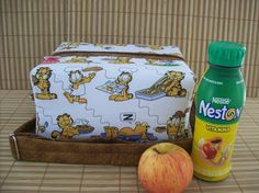 Lunch Bag com forro térmico <br>Tecido 100% algodão <br> <br>Ideal para levar seu almoço ou lanche para o trabalho. Também uma ótima opção para a criança levar seu lanche para a escola ou passeio com muito charme! Mantendo o hábito de uma alimentação saudável. <br> <br>Produto Lavável: <br>* Lavar a mão com esponja macia <br>* Não deixar de molho <br>* Usar sabão neutro <br>* Não torcer <br>* Passar com ferro bem morno <br>* Após lavar deixar escorrer, só depois pendurar no varal <br…