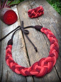 Artículos similares a Red Autumn Nautical Knot Bib Braided Necklace Bracelet Set - Stylish Statement Recycled Fabric Jewelry upcycled necklace Tshirt Yarn en Etsy