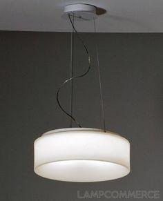 Lampadaire à suspension en polyéthylène disponible dans différentes dimensions.  La suspension peut être aussi bien à lumière diffuse dans la finition blanche qu'à lumière directe/indirecte dans la version avec bande vernie. Les ampoules fluorescentes à économie d'énergie permettent d'utiliser ces lampes dans des environnements publics tels que les établissements, les restaurants ou les hôtels.