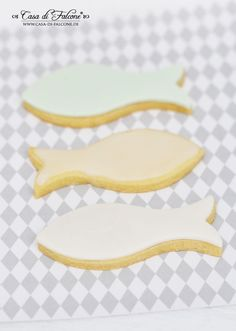 Fondant biscuits {recipe} & idea for gifts for communion / baptism - Parenting Fish Cookies, Fondant Cookies, Best Wedding Gifts, First Holy Communion, Biscuit Recipe, Baby Decor, Christening, Wedding Favors, Tableware
