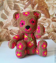 Купить или заказать Медвежонок Маргаритка в интернет-магазине на Ярмарке Мастеров. Медвежонок связан из более чем 60 цветочных мотивов . Может украсить любой интерьер, а также стать любимой игрушкой для вашего ребенка. Ручки и ножки подвижны. Очень приятная на ощупь игрушка, т.к. выпонена из экологически чистой пряжи. Будет ра…