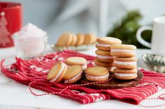 Fingerkremkjeks, også kjent som saudakjeks, er en julekake med lange tradisjoner. Christmas And New Year, Almond, Nutrition, Cookies, Desserts, Food, Children, Crack Crackers, Tailgate Desserts