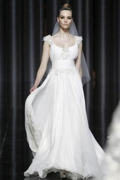 Corte romântico em vestido de Elie Saab para Pronovias