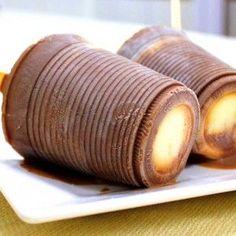Que tal fazer uma paleta mexicana em casa? Você só vai precisar de copo descartável e palito de picolé e o resultado é surpreendente! Tem receita com frutas, como morango e kiwi, e também a mais tradicional, de chocolate com leite condensado.