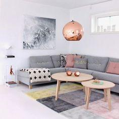 ボタンのかわいらしいソファ、まるで親子のようなテーブル、優しいカラーのラグ。ひとつひとつがとってもおしゃれな、夢のようなお部屋です。