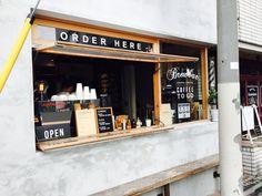 こちらの外にあるカウンターで注文し、テイクアウト・もしくはそのまま2階のテーブル席でイートイン可能です。 Coffee Shop Bar, Small Coffee Shop, Coffee And Espresso Maker, Coffee Cafe, Cafe Shop Design, Shop Interior Design, Japanese Coffee Shop, Mini Cafe, Coffee Shop Aesthetic