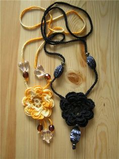Pretty crocheted flower necklace - Italian Website, with chart for flower and series of diagrams on making the cord.