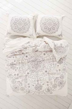 Louise Femme Medallion Duvet Cover - Urban Outfitters
