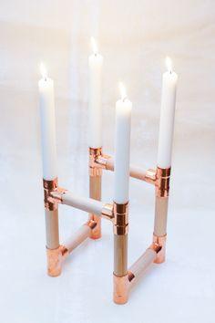 Kerzenhalter für 4 Kerzen.Material: Kupfer, Holz Maße: ca.13x13x20 cmUnikat. Handgefertigt, daher variiert die Form und Höhe minimal.Ohne Inhalt.
