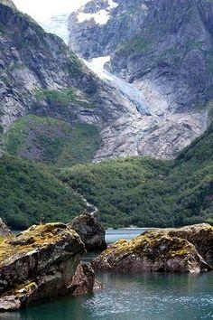 De Folgefonna is de meest zuidelijke gletsjer van Noorwegen. Sinds 2005 is dit een nationaal park, waarbij meer dan alleen de gletsjer wordt beschermd. De ijsmassa heeft een oppervlakte van zo'n 205 km2, die in meerdere armen in de omliggende dalen. Opmerkelijk is dat deze gletsjer niet uit de laatste IJstijd stamt. Volgens wetenschappers was de Folgefonna geheel weggesmolten tijdens de steentijd (ongeveer 8.000 tot  5.200 jaar geleden). Deze is later weer aangegroeid toen het klimaat…