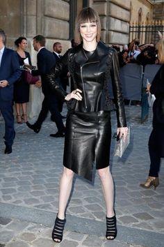 Celebrity Sighting At Paris Fashion Week, Womenswear SS 2015 : September Grey Fashion, Leather Fashion, Womens Fashion, Paris Fashion, Black Leather Mini Skirt, Glamour, Fall Outfits, Ideias Fashion, Women Wear