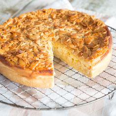 Apfelkuchen mit einer Schicht aus Quarkcreme und einem knusprigen Belag aus karamellisierten Mandeln - Zwei Klassiker in einem Kuchen = Doppelt lecker!
