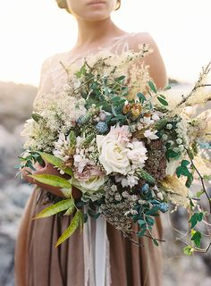 organic wild bouquet to the bride or bridal party | image via; magnolia rouge