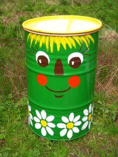 Wood Crafts Garden Projects Ideas For 2019 Yard Art, Painted Trash Cans, Pinterest Diy Crafts, Recycled Decor, Barrel Projects, Metal Garden Art, Garden Deco, Plantation, Mural Art