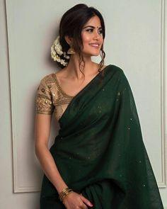 Dress Indian Style, Indian Fashion Dresses, Indian Designer Outfits, Kurta Designs, Saree Blouse Designs, Lehenga Designs, Trendy Sarees, Stylish Sarees, Indische Sarees