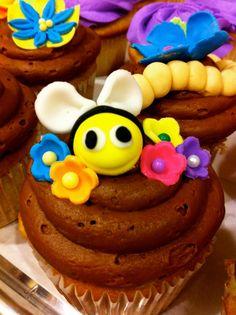 Sift by Kara: Flower Pot and Garden Bug Cupcake Cake! Bug Cupcakes, Love Cupcakes, Cupcake Cakes, Decorated Cupcakes, Cup Cakes, Garden Bugs, Mini Cakes, Cupcake Recipes, Cupcake Toppers
