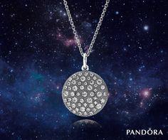 Rehaussé de somptueux motifs étincelants aux effets légèrement gaufrés, ce pendentif circulaire est empreint d'une élégance naturelle. S'adaptant à toutes les tenues, le collier peut être ajusté à la longueur désirée.    Collier Pandora avec Pendentif Étoiles Cosmiques Argent 925/1000e avec oxyde de zirconium cubiques (53 pavés), chaîne de 90 cm ajustable à 80 et 70 cm - 390360CZ-90 #PANDORA #NOEL #CADEAUX