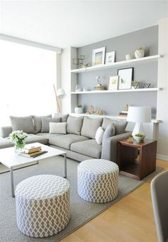 Wohnzimmer Grau Weiß Hocker Weiße Offene Wandregale Und Blumen