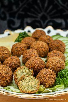 Falafel - Vegetarische snack uit het Midden-Oosten op basis van kikkererwten. Vegetarian Recepies, Vegan Recipes, Snack Recipes, Jewish Recipes, Greek Recipes, Pumpkin Spice Cookie Recipe, Tapas, Plant Diet, Food Facts