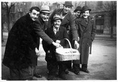 Gruppo di amici vicino ad un venditore ambulante in piazza Archinto, foto del 1947 di Valentina Ghilardi