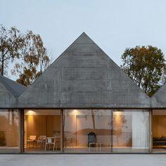 """A proximité de Stockholm, les architectes Tham & Videgård ont dessiné la Maison """"Lagnö"""", une résidence secondaire inspirée par les hangars à bateaux. Un volume de béton répété qui s'ouvre sur le paysage par le biais de grandes baies vitrées qui bercent l'espace intérieur de lumière."""