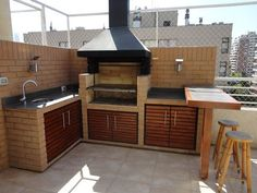 37 Beautiful Modern Outdoor Kitchen Design Ideas - An ever-increasing number of folks love the look, utility, and convenience of an outdoor kitchen space. Professional home improvement contractors can . Modern Outdoor Kitchen, Outdoor Kitchen Bars, Outdoor Living, Outdoor Kitchens, Parrilla Exterior, Spanish Kitchen, Home Improvement Contractors, Grill Design, Cuisines Design