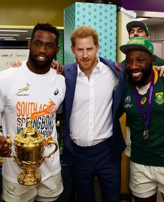 Prince Harry is currently in Japan without Meghan Markle and baby Archie. The Duke of Sussex watched a rugby match alongside the Crown Prince of Japan and Prince Albert of Monaco. South African Rugby Players, South Africa Rugby, Family Picture Poses, Family Posing, Family Pictures, Family Portraits, World Cup Champions, Rugby World Cup, Siya Kolisi