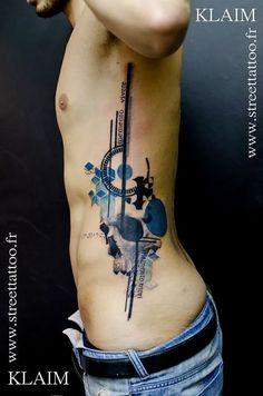 Muitos tatuadores se inspiram nas artes gráficas, mas poucos fazem tão bem quanto Klaim. Para tudo, respira fundo e vem. Vale a pena demais.