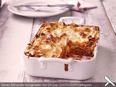 Lasagne  Zutaten für 4 Portionen: 500 g Hackfleisch 1 Zwiebel(n) 2 Knoblauchzehe(n) 1 Bund Petersilie oder TK 1 EL Tomatenmark 1 Dose Tomate(n), geschälte ½ Liter Milch 30 g Butter 40 g Mehl Salz und Pfeffer Olivenöl 300 g Lasagneplatte(n) Muskat Wein, rot Käse, gerieben Butter, in Flöckchen