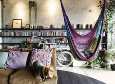 bohemian living space// indoor hammock// via deco my place Bohemian House, Bohemian Decor, Bohemian Living, Bohemian Apartment, Boho Room, Bohemian Interior, Gypsy Living, Industrial Loft Apartment, Bohemian Studio