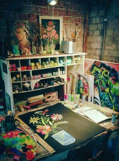 You don't need a big space for an art studio. Here I'm sharing with you 10 Inspirational Art Studios that I love. Rangement Art, Studios D'art, Home Art Studios, Craft Studios, Deco Cool, Art Studio At Home, Garage Art Studio, Art Studio Design, Art Studio Organization