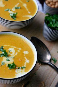 Karotten-Erdnuss-Suppe mit Kokosmilch: Vegan, im Handumdrehen fertig und…