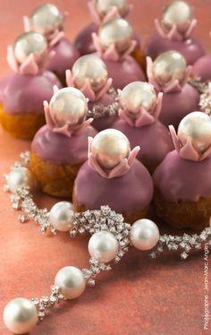 Religieuses Lenôtre  Collier en perles de culture des Mers du Sud, diamants et or blanc MIKIMOTO. [Parution dans Glint Magazine, n°9, Mai 2013 // Photographe : Jean-Marc Angles]