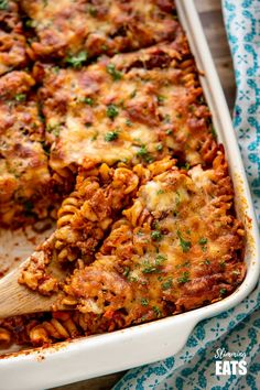 This Mouthwatering Syn Free Bolognese Pasta Bake will impress the whole family - rich bolognese meat sauce coated pasta topped with delicious cheesy goodness, syn free when using your healthy extra A choice. Gluten Free, Vegetarian, Slimming World and Weight Watchers friendly Slimming World Soup Recipes, Slimming World Pasta Bake, Slimming Eats, Bolognese Pasta Bake, Vegan Bolognese, Bolognese Recipe, Baked Pasta Recipes, Meat Recipes, Cooking Recipes