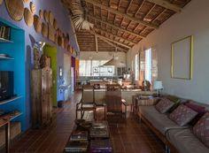 Casa de praia respeita arquitetura local com fachada simples e colorida