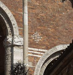 Scacchiere sulla Chiesa di Sant'Ambrogio.