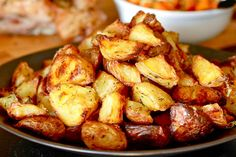 Ultra crispy roasted potatoes from serious eats. Crispy Roast Potatoes, Roasted Potatoes, Oven Potatoes, Russet Potatoes, Roasted Potato Recipes, Food Lab, Cooking Recipes, Healthy Recipes, Gastronomia