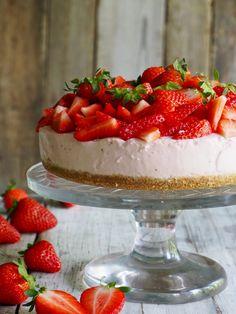 Enkel jordbærostkake (uten steking) – Food On The Table – Oppskrifters Fika, Strawberry Cheesecake, Tupperware, I Love Food, Nom Nom, Deserts, Food And Drink, Sweets, Strawberries