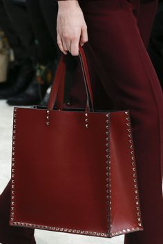 The complete Valentino Fall 2018 Ready-to-Wear fashion show now on Vogue Runway. Leather Bag Tutorial, Leather Bag Pattern, Leather Purses, Leather Handbags, Shopper Bag, Tote Bag, Valentino, Vogue, Leather Bags Handmade