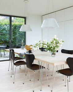 arkitekttegnet hus spisestue med spisebord