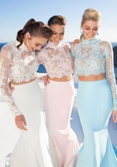 Two Piece High Neck Evening Dresses Mermaid Long Sleeve Lace Top Stain are very loose fromt the bottom is does have laced lines and jagged lines