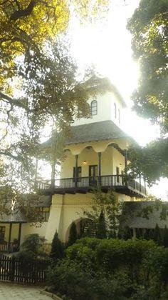 Muzeul Conacul Bellu – un exemplu prin excelență al arhitecturii vechi românești | Turism Istoric Modern Bungalow House, Macedonia, Hostel, Romania, Scenery, Paris, Mansions, Country, Architecture