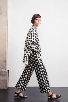 Dice Kayek Resort 2019 Fashion Show - Dice Kayek Resort 2019 Paris Collection – Vogue. It looks like dots are part of fashion trends fo - 60s Fashion Trends, Fashion 2017, Fashion Outfits, Cheap Fashion, Summer Fashion Trends 2018, Affordable Fashion, Fashion Ideas, Luxury Fashion, Dots Fashion
