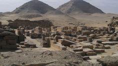 Perahu berumur 4,500 tahun telah ditemukan di bawah makam individu yang bertempat di Mesir. Tujuan dari penguburan perahu Mesir ini tidak sepenuhnya dipahami oleh para peneliti, tetapi hal ini diyakini bahwa mereka dimaksudkan untuk melayani orang-orang mati saat di akhirat, mungkin sebagai simbolik untuk digunakan oleh pemilik untuk berlayar melalui neraka. Perahu Mesir ini ditemukan ditemukan di dekat piramida Abusir.