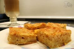 Receta de torta seca de manzana 6 manzanas 20 cucharadas de harina 20 cucharadas de azúcar 2 cucharadas de polvo de hornear 1 cucharada de canela en polvo 100 gramos de manteca fría 4 huevos 2 tazas de leche 1 cucharada de vainilla