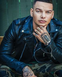 Biracial, streaming-savvy and unafraid to touch topics like school shootings, Kane Brown is the future country music didn't know it had. Country Music Hits, Country Music Artists, Country Singers, Country Musicians, Kane Brown Music, Brown Wallpaper, Iphone Wallpaper, Thomas Rhett, Country Men
