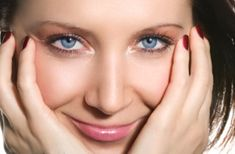 5 smart eye makeup cheats for nurses via Forrest Forrest Perrigo Magazine Do you wear makeup at work? Nurse Hairstyles, Work Hairstyles, All Things Beauty, Beauty Make Up, Makeup Tips, Eye Makeup, Makeup Products, Beauty Secrets