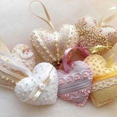 Corações amados corações perfumados !!!!!!! Fabric Ornaments, Felt Ornaments, Shabby Chic Christmas, Felt Christmas, Valentine Crafts, Valentines, Shabby Chic Hearts, Fabric Hearts, Lavender Bags