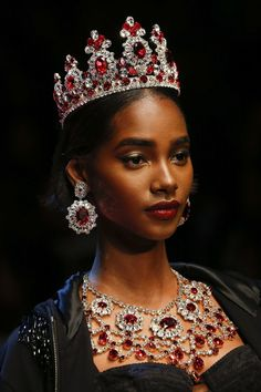Tiaras the elegant accessory that is so in this year and especially for the Brides-To-Be- Dolce & Gabbana | Spring/Summer 2018- D*XX