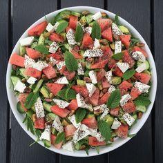 75g rucola 130g agurk 1 avocado 200g vandmelon (uden skræl) 100g feta (fra blok) 30g ristede pistacienødder 2 tsk chiafrø (kan undlades) Friske mynteblade